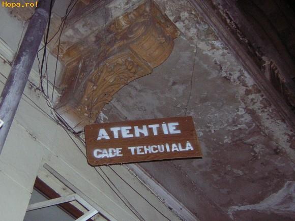 Din Romania - Atentie cade tencuiala !