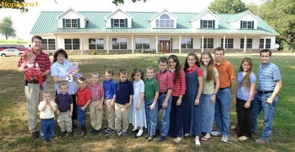 Diverse - Familia cu cei mai multi copii din lume-17 plus cel care face poza