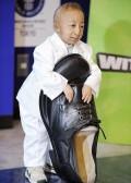 Diverse - Cel mai mic om din lume este aproape cat un pantof