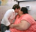 Diverse - Cel mai gras om din lume, care cantareste 250kg, impreuna cu viitoarea sotie
