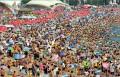 Diverse - Ce credeai ca plajele din Romania sunt prea aglomerate? Iata una din China